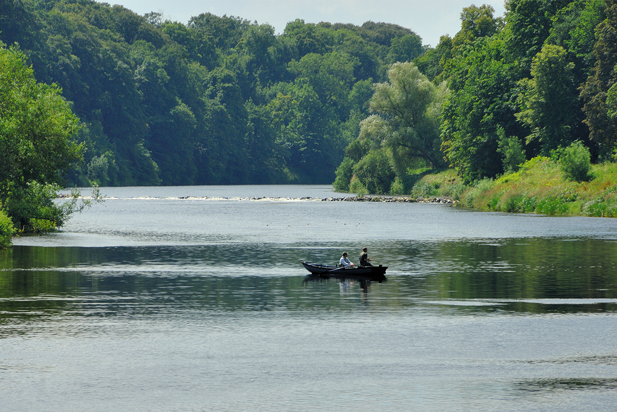 Milne-Graden-Fishing-River-Tweed-Boat-with-anglers-in-Summer-
