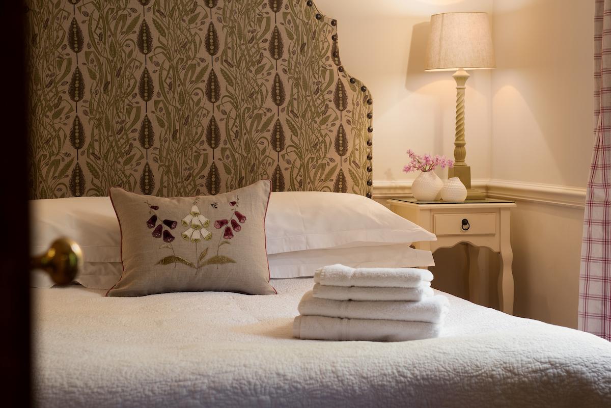 Meadows-Edge-bedroom-with-Hollyhock-cushion